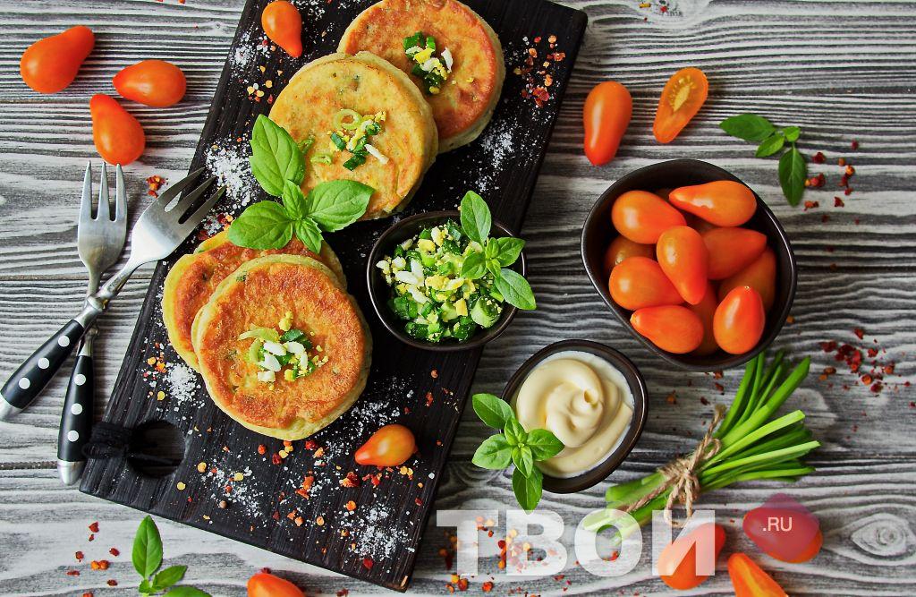 Ленивые пирожки с луком и яйцом на кефире на сковороде рецепт с фото