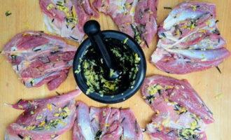 Голень индейки без костей с розмарином и чесноком в духовке (170.6 ккал)