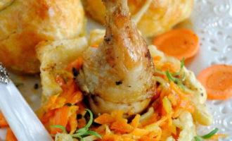 Куриные ножки в слоеном тесте с морковью и сыром (534 ккал)