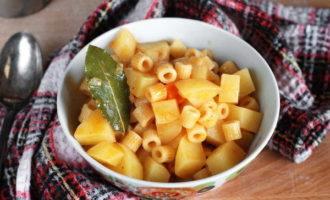 Отварные макароны с тушеным картофелем (200,7 ккал)