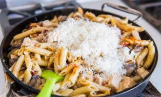 Варенные макароны с курицей, грибами и сыром (457.1 ккал)