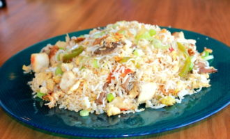 Рис с курицей, грибами и овощами (387.4 ккал)