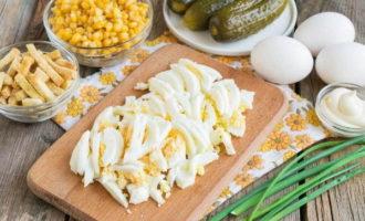 Салат с колбасой, сухариками, солеными огурцами и кукурузой (383,2 ккал)