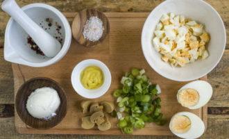 Салат с маринованными грибами и яйцами (210.3 ккал)