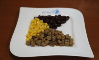 Салат с ветчиной, фасолью, кукурузой и сухариками за 4 минуты (381.2 ккал)