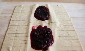 Штрудель с ягодами из слоеного теста (820.7 ккал)