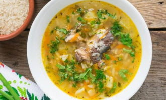 Суп из рыбных консервов с рисом на курином бульоне (284.6 ккал)