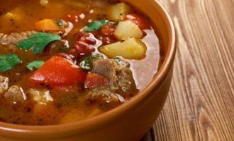 Суп с говядиной, помидорами и сладким перцем (479,7 ккал)