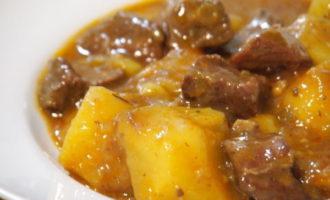 Тушеная картошка с говядиной и помидорами (497 ккал)