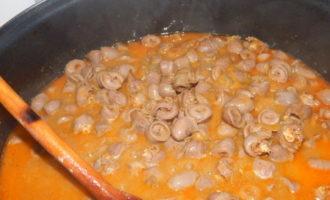 Тушеные куриные сердечки с помидорами и сладким перцем (518 ккал)