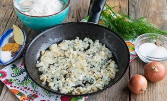 Жареные пирожки с картошкой и печенью на курином бульоне (721,8 ккал)